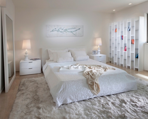 wunderschönes bild an der weißen wand im modernen schlafzimmer