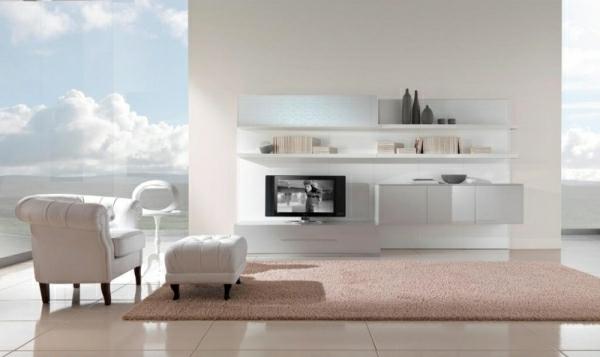 cooles bild wohnzimmer: weißer sessel mit einem hocker daneben – im luxuriösen wohnzimmer