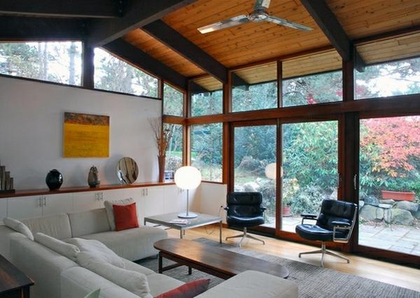 wohnzimmer-mit-hoher-decke-und-mit-gläsernen-wänden