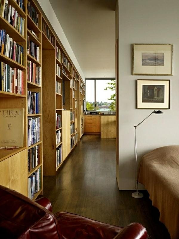 wohnzimmer-mit-schönen-bücherregalen-aus-holz