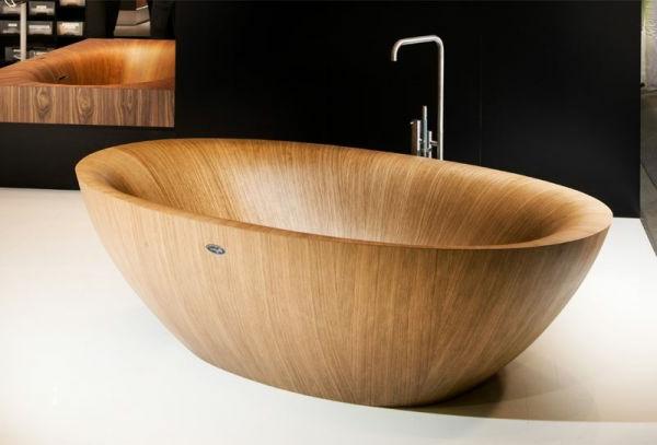 hölzerne-Badewanne-aus-hellem-Holz