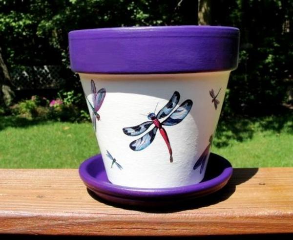 wunderbar--dekorierte-Blumentöpfe-Libelle