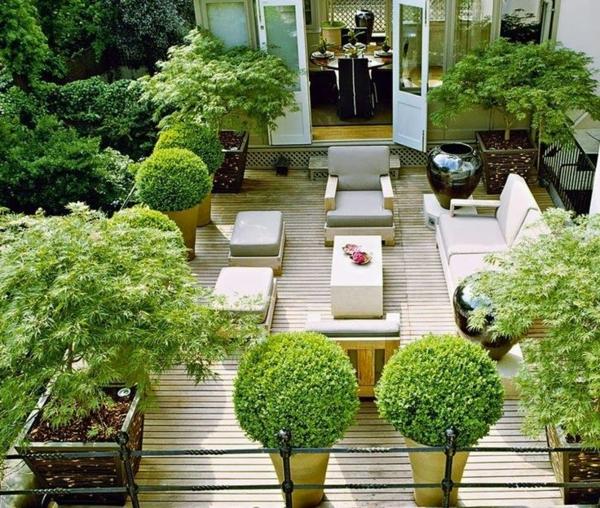 Kleine Terrasse mit viel Begrünung in der Gartengestaltung