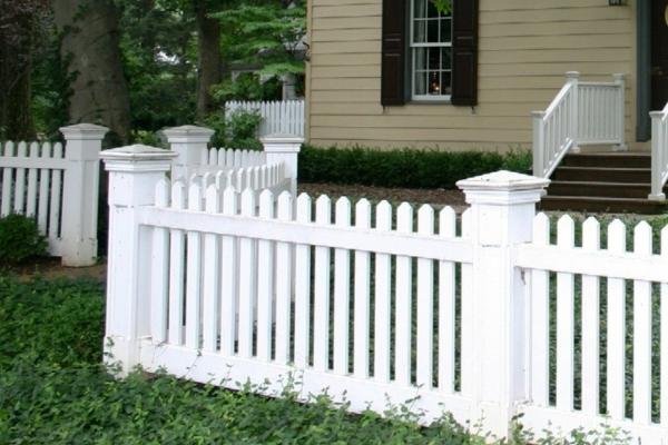 wunderschöner-Gartenzaun-in-Weiß-aus-Holz-Gartendesign