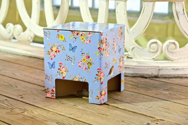 wunderschöner-Karton-Hocker-mit-Schmetterlingen