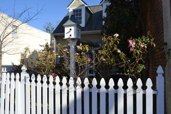 wunderschöner--Zaun-aus-Holz-in-weißer-Farbe-Idee