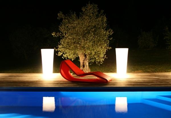 zwei-Blumentöpfe-beleuchtet-am-Pool