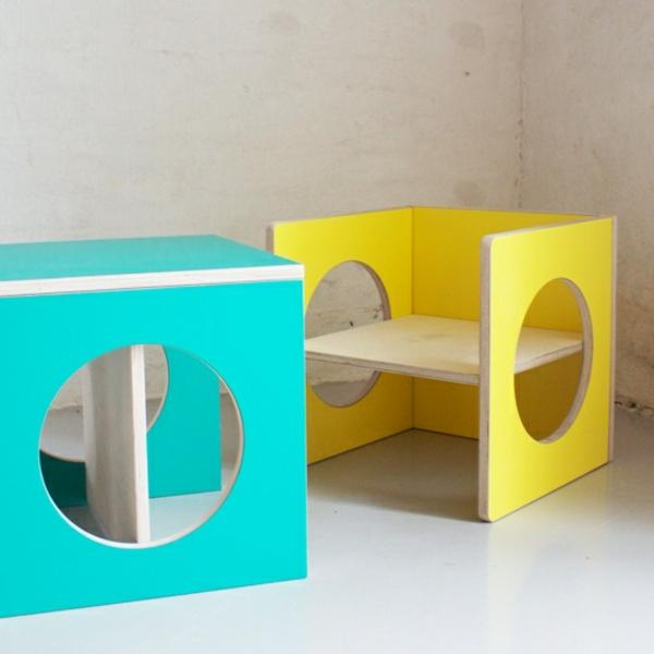 zwei-Kinderstühle-in-Gelb-und-Blau-Kinderzimmer