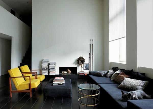 zwei-Stühle-im-Gelb-im-Wohnzimmer