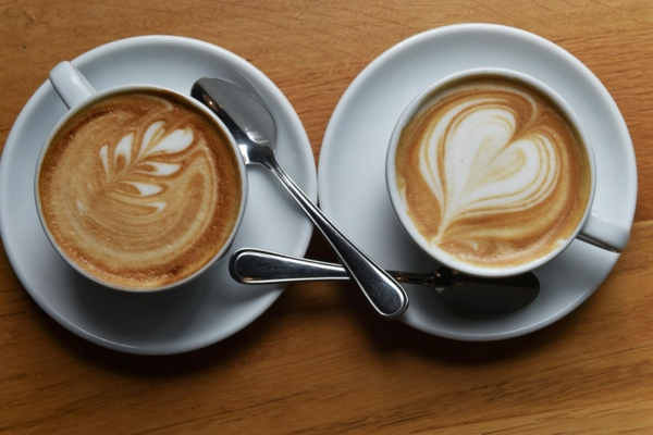 zwei-tolle-dekorierte-Kaffeetassen