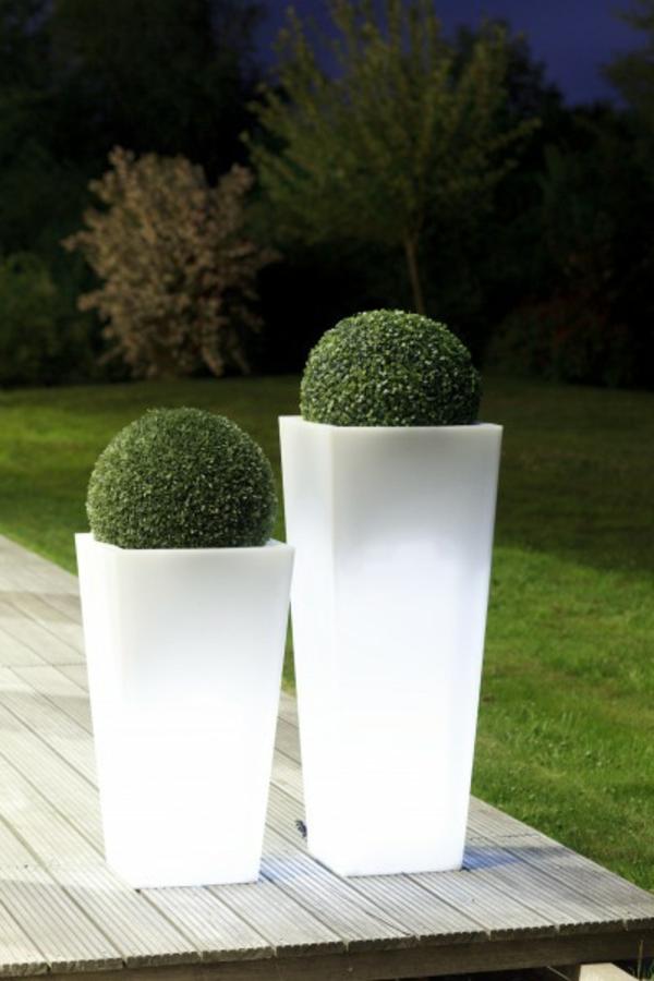 zwei-weiße-Blumentöpfe-im-Garten