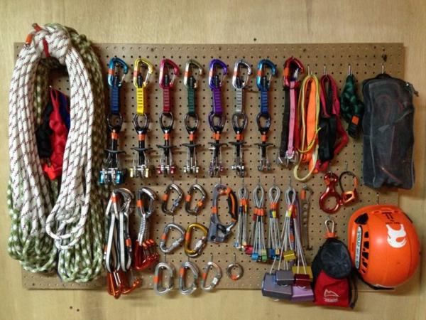 13-kletterwand-im-kinderzimmer-zubehoer-klettern-aufbewahren