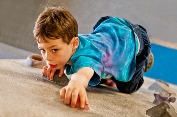 2-kletterwand-im-kinderzimmer-kleinkind