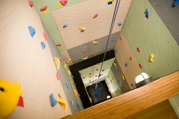 20-kletterwand-im-kinderzimmer-aufzugsschacht