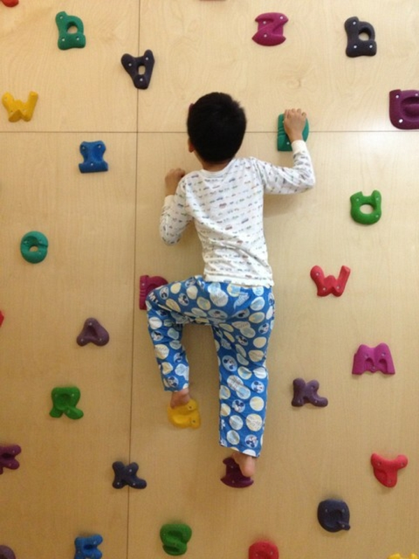 kletterwand im kinderzimmer freude und gesundheit. Black Bedroom Furniture Sets. Home Design Ideas