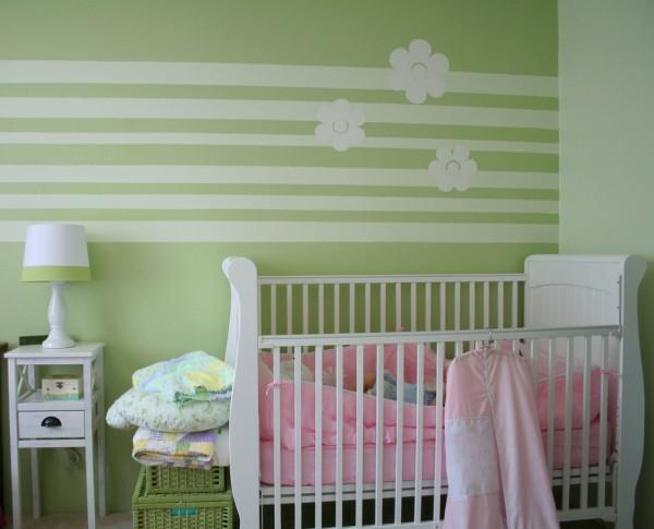Babyzimmer-mit-Wandfarbe-Grüntone-Streifen