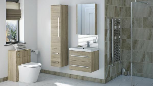 Badezimmer-mit-Hochschrank-aus-hellem-Holz