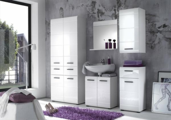 Badezimmer-mit-weißem-Hochschrank-