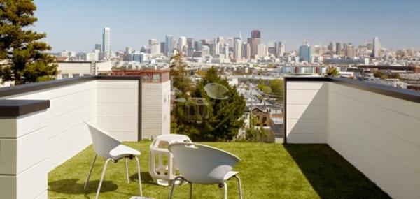 Balkon-Dachterrasse-Geländer-Glas-Rasenteppich-anlegen-Stühle-Tisch-weiß-Kunstrasen für Balkon