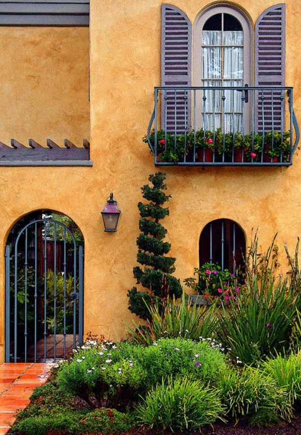 Balkon-mit-Metallgeländer-und-Fensterläden