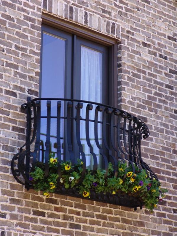 Balkon-mit-Metallgeländer-Französische-Balkone