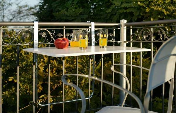 Balkon-mit-einem-Hängetisch-Klapptisch-für-Balkon-Idee