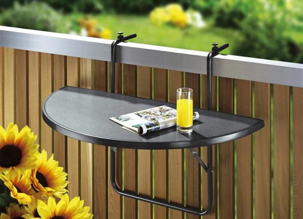 Balkon-mit-einem-Hängetisch-in-Schwarz-Holzgeländer