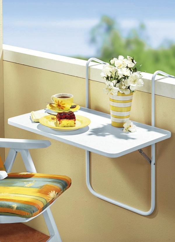 Balkon-mit-einem-Hängetisch-in-Weiß-Vase-mit-Blumen