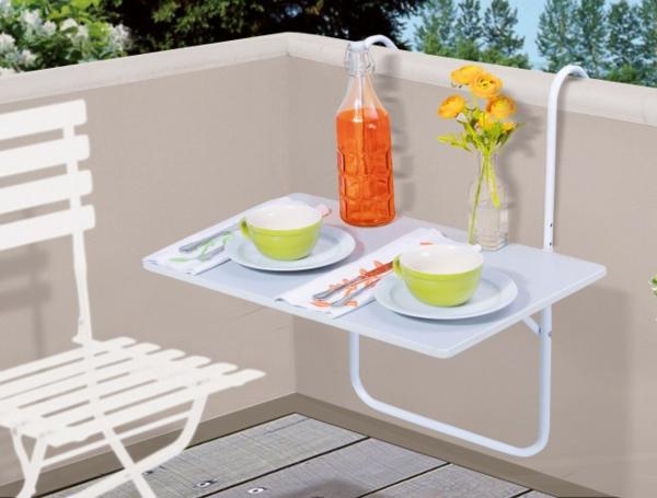 Balkon-mit-einem-Hängetisch-in-weißer-Farbe-