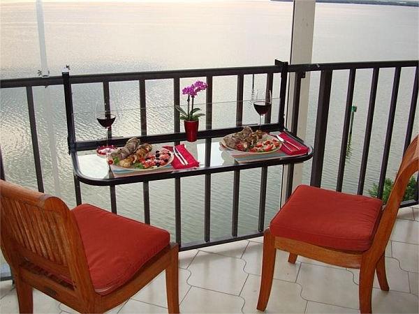 Balkon-mit-einem-Klapptisch-rote-Stühle-Idee