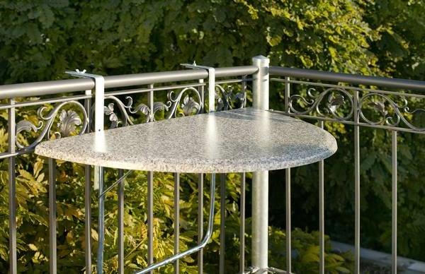 Balkon-mit-einem-eleganten-Hängetisch-Idee