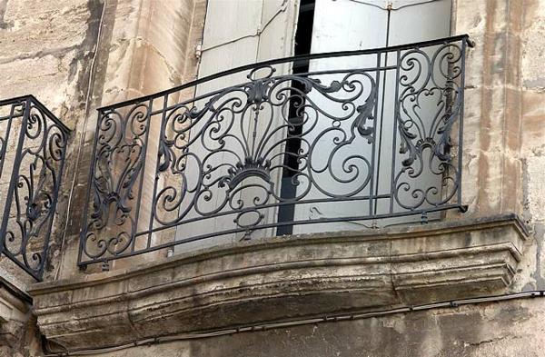 Balkon-mit-französischem-Design-Metallgeländer