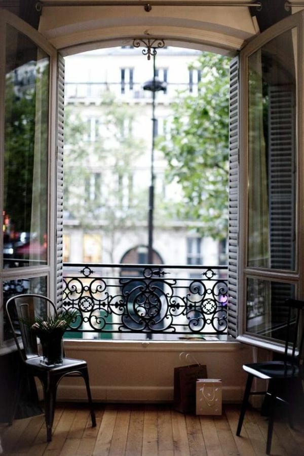 -Balkon-mit-französischem-Design-in-Paris