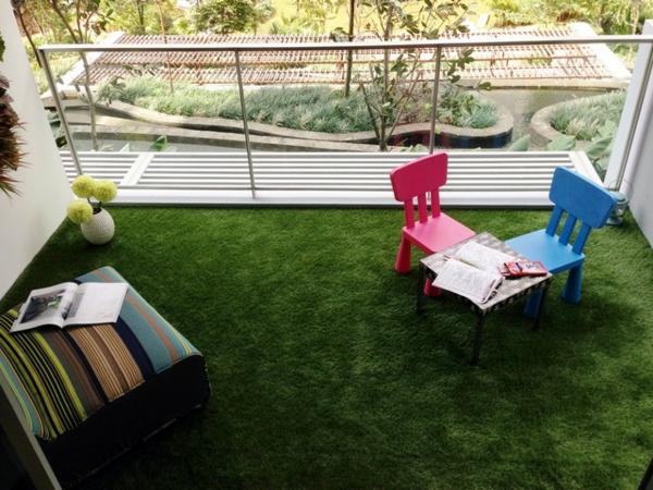 -Balkon-mit-künstlichem-Gras-kleine-Stühle