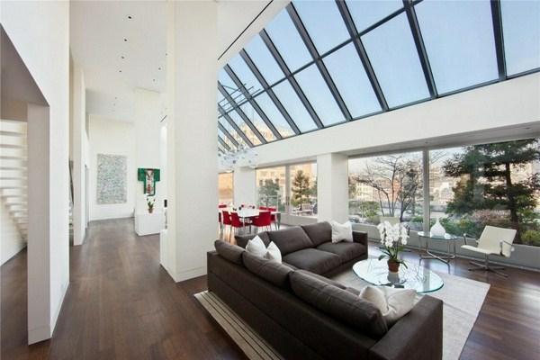 Beeindruckende-Duplex-Penthaus-in-Tribeca-Wohnzimmer-Ledersofa