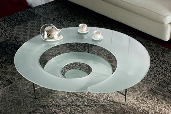 origineller-Beistelltisch-aus-Glas-mit-originellem-Design