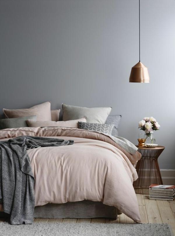 Bett-mit-Bettwäschen-in-Rosa-und-Grau