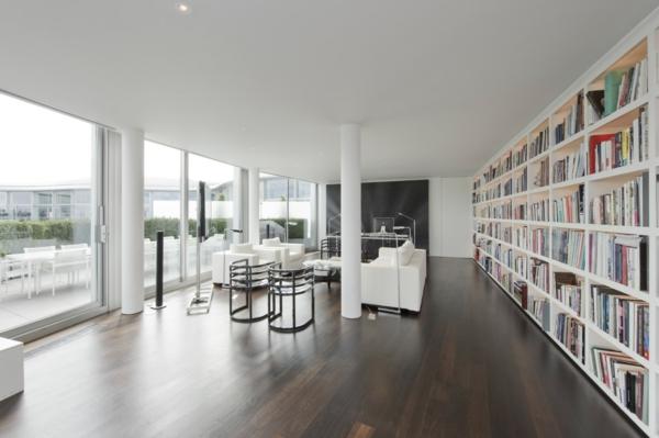 Bibliotek-in-der-Penthousewohnung-und-Holzboden