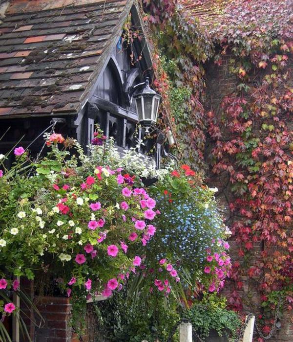 Blumenkaesten-für-Balkon-mit-viele-Blumen