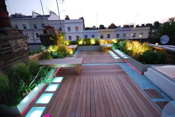 Dachterrasse-Bodenverkleidung-Holz-Akzentbeleuchtung-Sitzbänke-Design-Idee