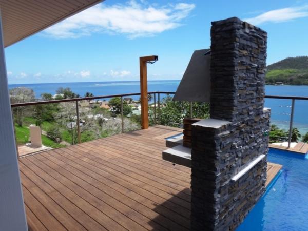 Terrassendiele-aus-Bambus-Dachterrasse-Holzterrasse-Bambus-hell-braun-Pool