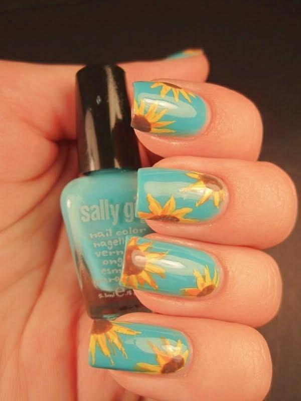 Design-Fingernägel-in-Hellblau-mit-Sonnenblumen