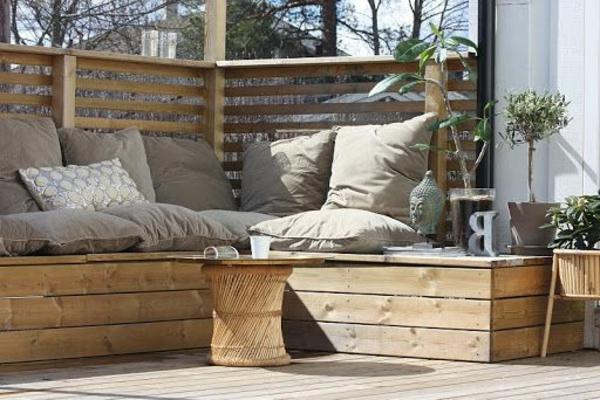 Eckbank- für-Balkon-aus-Holz-mit-Kissen
