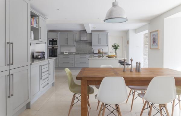 Elegantes-Wohnzimmer-mit-schwedischem-Design