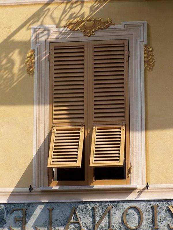 Fensterläden-aus-Holz-Exterior-Design