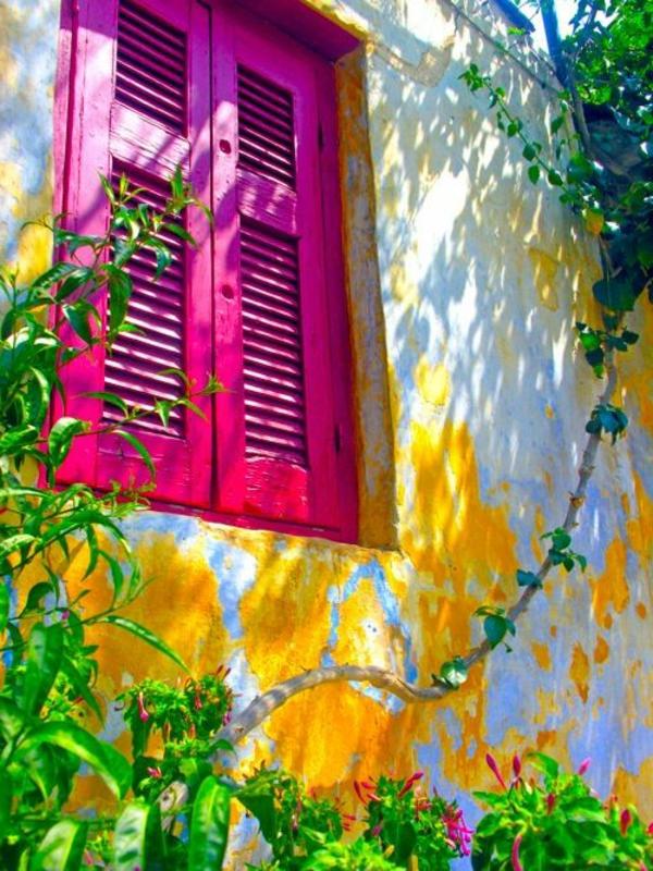 Fensterläden-aus-Holz-in-rosa-Farbe
