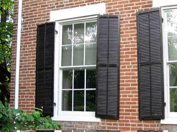 Fensterlaeden-Holz-Draußen-Türen