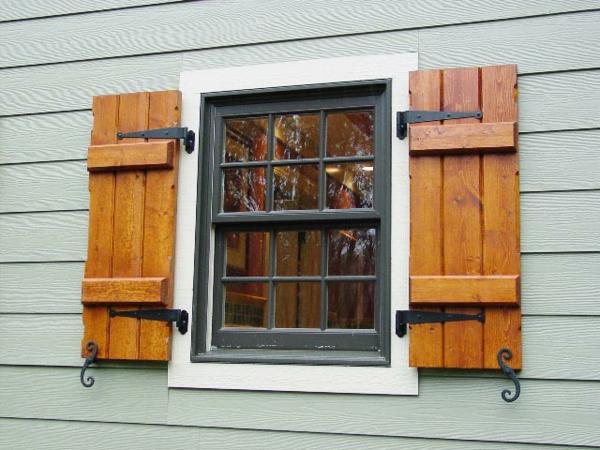 Fenster mit weißem Rahmen und grünen Fensterläden.