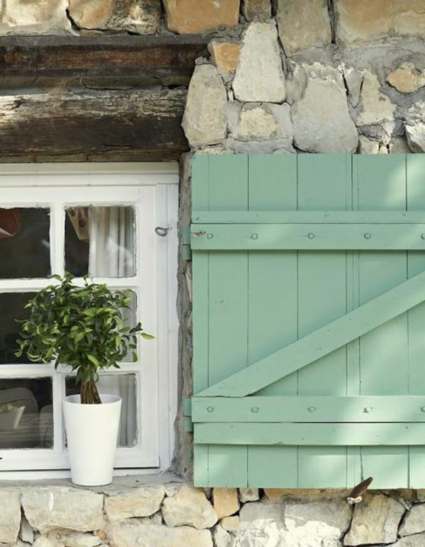 Fensterlaeden-Holz-in-grüner-Farbe