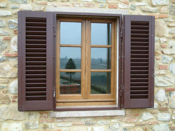 Fensterladen-aus-Holz-Fensterdeko-Idee